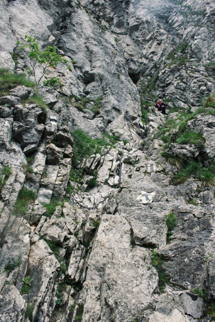 Podejście do Jaskinii Raptawickiej w Dolinie Kościeliskiej