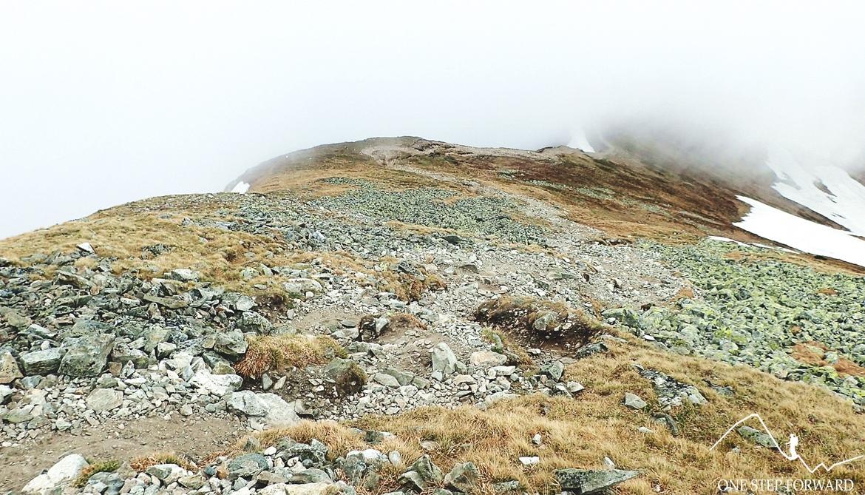 Mozolne podejście na szczyt Starorobociańskiego Wierchu. Osuwające się kamienie dają popalić!