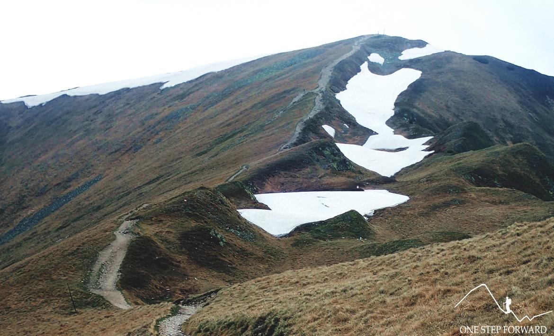 Grań pomiędzy Starorobociańskim, a Kończystym Wierchem rozcięta jest imponującym rowem grzbietowym