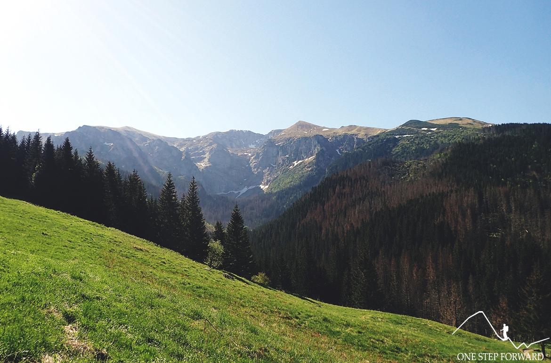 Czerowne Wierchy widziane z Przysłopa Miętusiego. Małołączniak to ta mała kopka, pierwsza od lewej.