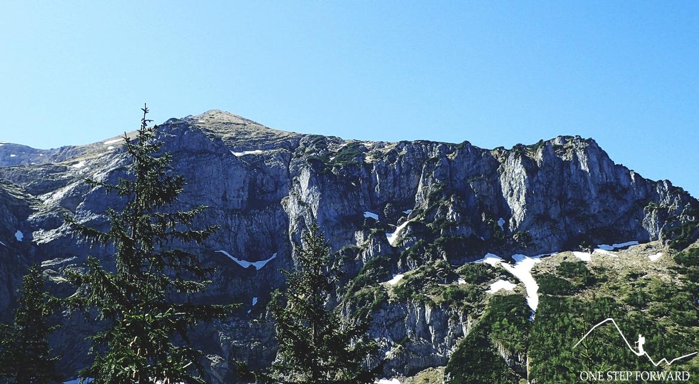 Imponująca zbocza Twardej Ściany. U samej góry - Twarda Kopa (2026 m n.p.m.)