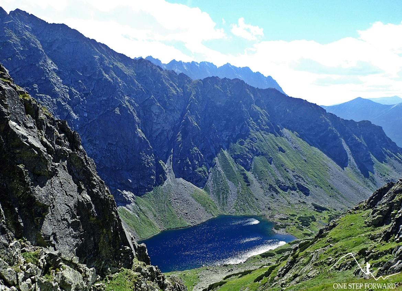 Widok na Tatry Słowackie. W dole Wyżni Ciemnosmreczyński Staw