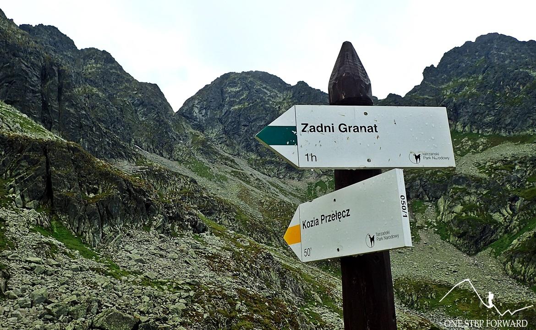 Szlak na Kozią Przełęcz z Doliny Gąsienicowej nie jest tak wymagający, jak ten z Doliny Pięciu Stawów Polskich