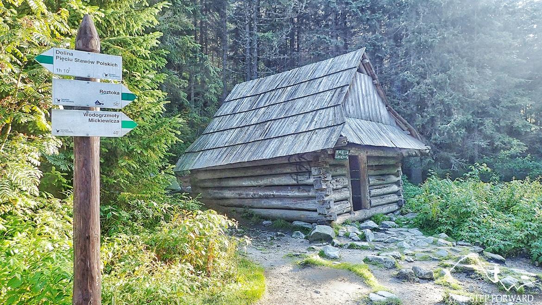 Nowa Roztoka (1292 m n.p.p.) to niewielka polanka z szałasem, pod którym można szukać schronienia w przypadku załamania pogody.