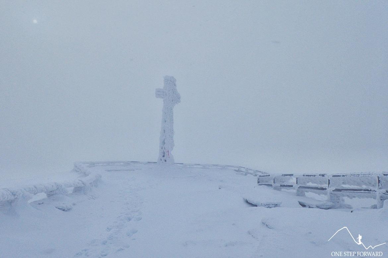 Metalowy krzyż na szczycie Tarnicy