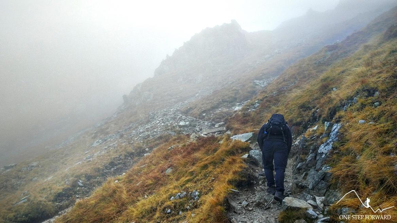 Podejście na Banikowską Przełęcz w chmurach