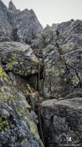 Łańcuchy w drodze na Spaloną Przełęcz - kominek skalny