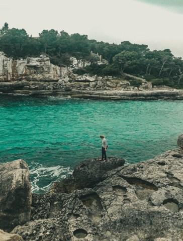 Zatoka Cala Llombards i jej błękitne wody - Majorka