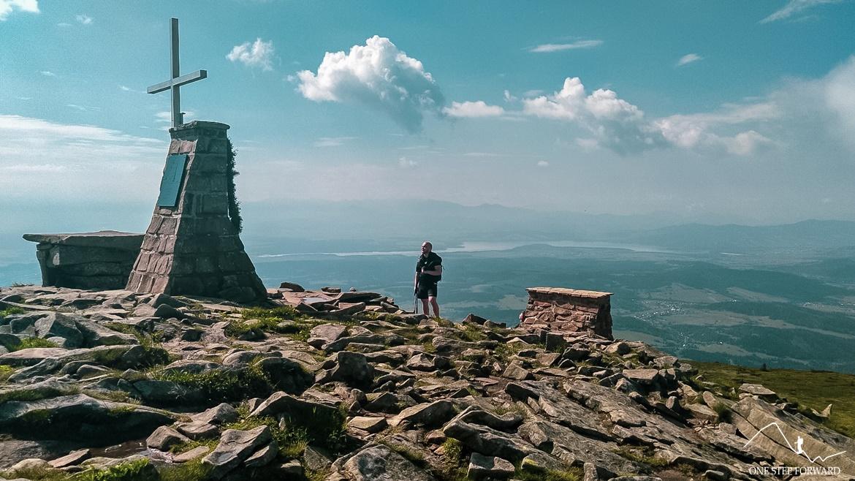 Babia Góra - krzyż i ołtarz polowy na szczycie