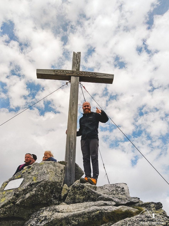 Drewniany krzyż na szczycie Skrajnego Soliska