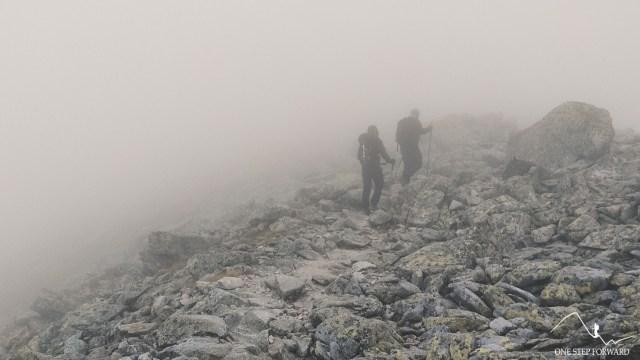 Droga we mgle na Sławkowski Szczyt - okolice Królewskiego Nosa