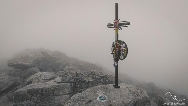 Metalowy krzyż z tablicą pamiątkową na Sławkowskim Szczycie