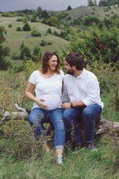 Simone und Johannes sitzen auf einem Stamm und schauen sich in die Augen. Familienfotograf One.Two.Tree.Photography - Hochzeitsfotograf.