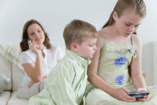 Familia jugando con movil