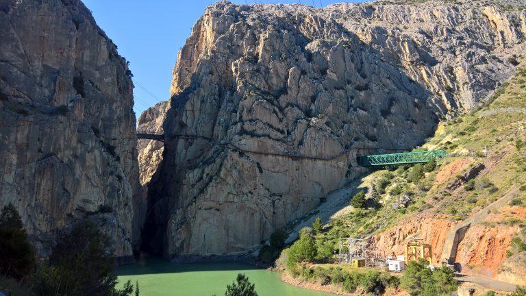 Pumpkraftwerk und Zug-Tunnel