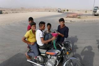 Die Jungs hatte sichtlich Spass beim Benzinnachfüllen.