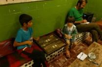 Zwei sehr junge Backgammon-Spieler: Das Würfelbrettpiel ist der Liehbling der Iraner.
