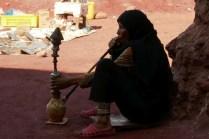 Frau wartet auf Kundschaft für selbst hergestellte Souveniers
