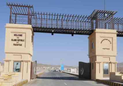 Auf nach Pakistan. Die Einreisefornalitäten laufen entspannt ab, die Grenzbeamten sind ausgesprochen freundlich und unkompliziet. Von der Grenze bis zur 1 km entfernten Station der Levies werde ich von einem Beamten mit Moped gebracht.