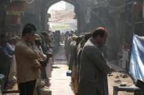 Spaziergang durch die Innenstadt. Muslime beim Gebet vor der Moschee.