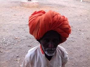 Die gläubigen Sikhs schneiden ihre Haare nicht und verbergen die Pracht unter der Kopfbedeckung. Dieser Herr hatte jedoch eine Glatze, offensichtlich ein prima Sonnenschutz.