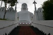 Buddhastatue hoch über Candy
