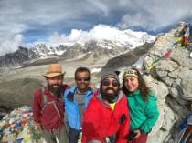 Gemeinsame Freude über den grandiosen Blick auf Everest: Ximena und Cristian aus Chile sowie Nepali Trekker.