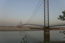 Dodhara Chandani Suspension Bridge. Die längste Hängebrücke Nepals ist 1452 m lang und an 8 Pfeilern aufgehängt. Bei einer Breite von nur 1,6 m ist sie auch für Motorräder freigegeben...