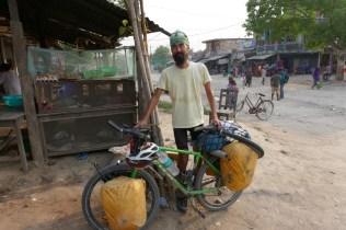 Auf dem Weg nach Pokhara kommt mir Radkollege Takayuki Nonaka aus Japan entgegen. Hatte ihn in Varanassi, Indien kennengelernt. Seine Tour geht von Australien (Outbackdurquerung) nach Europa
