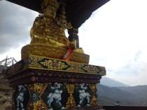 Buddha thront hoch über Mukthinat.