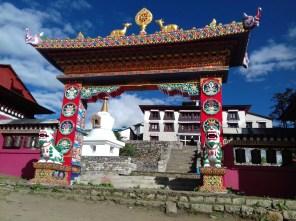 Übernachtung neben Kloster Tengboche mit Teilnahme an der Puja am nächsten Morgen.