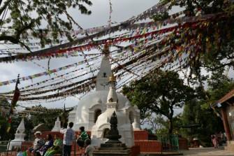 Zurück in Kathmandu. Swayambhu Stupa, hoch über der Stadt gelegen in großer Parkanlage.