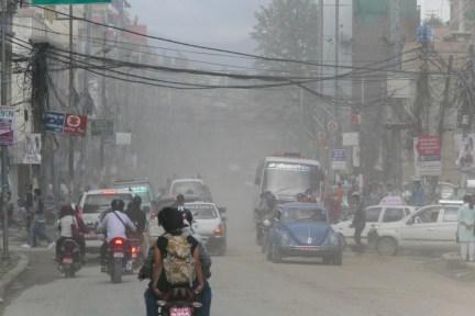 Aufgewirbelter Staub der Reifen ist das Problem. Zur Regenzeit wird viel Schlamm auf die Strassen gespült.