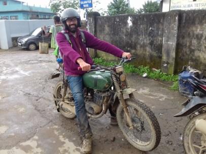 Mit Wapang und Kumpel 45 km auf schlechten Strassen bei Regen: Fast wie zu Moto-Cross Zeiten.