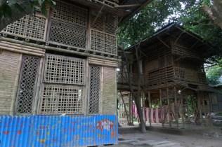 Abgesehen vom Dach zu 100% aus Bambus, zwei Klassenräume mit westlichen Spendengeldern finanziert.