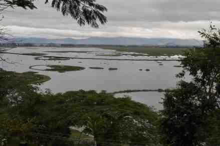 Hinten rechts liegt eine schwimmende Insel.