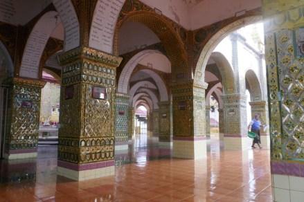 Morgenstimmung im Kloster von Mandalay, auf dem Hausberg hoch über der Stadt gelegen.