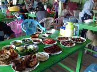 Die burmesische Küche ist insgesamt eher fleischlastig, wenn man etwas genauer nachfragt gibt es aber fast überall auch vegetarische Gerichte. Am einfachsten ist es, man schaut in der Küche nach, was im Angebot ist. Meisten sind die Sachen schon vorgekocht.