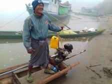 Dieser Herr ist morgens um 7 schon bestens gelaunt und präsentiert stolz sein Holzboot.