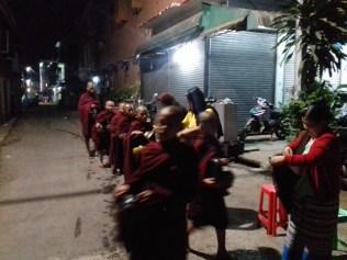 Um 5 Uhr morgens bekommen die Mönche eine warme Mahlzeit von den Bürgern der Stadt, hier in Hpa-An.