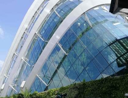 """Zwei Gewächshäuser im """"Gardens by the Bay"""", dieses mit dem höchsten """"Indoor-Wasserfall"""" der Welt. Nachgebildet ist ein trocken-warmes Klima von Kalifornien und Afrika..."""