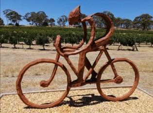 Die Flinders Range geht nach 100 km in die Weinregion ueber. unterwegs auf dem Riesling Trail, stillgelegte Bahntrasse.