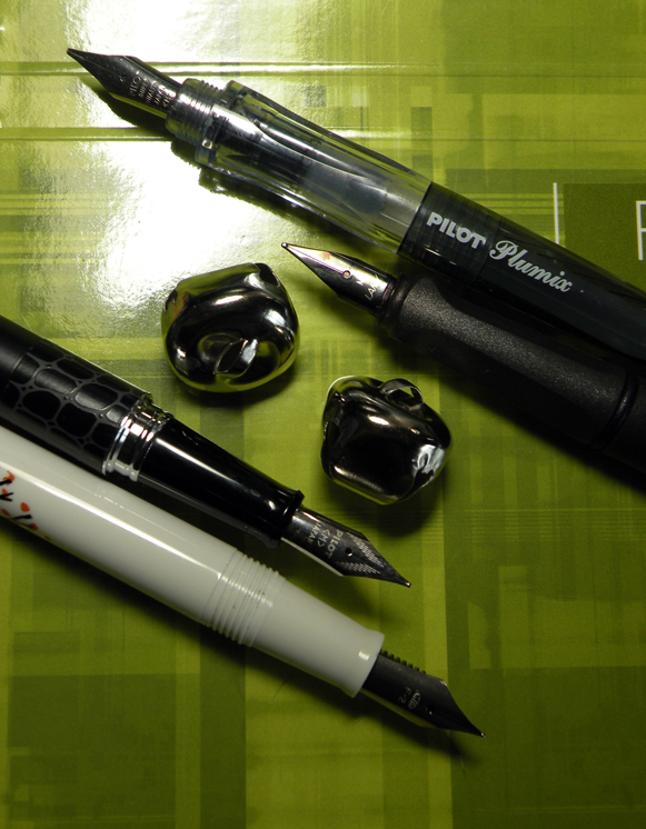 From top to bottom, we have a Pilot Plumix, a Lamy Safari, a Pilot Metropolitan, and a Sailor A.S. Manhattaner's NY Artists Guild Fountain Pen