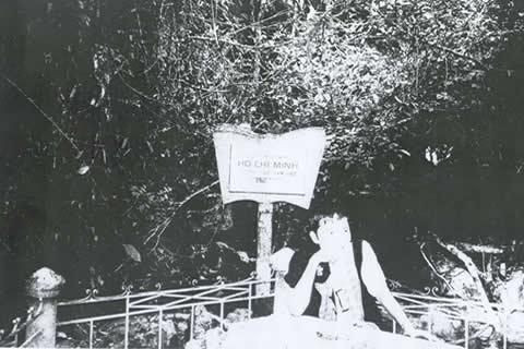 Nguyễn Tất Trung thăm hang Pắc Bó, ngồi bên hòn đá, có ghi: Chủ tịch Hồ Chí Minh từng ngồi tại đây để dịch cuốn Lịch sử đảng CS Liên Xô vào năm 1941.