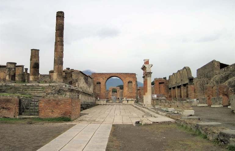 Forum de Pompéi avec le Vésuve