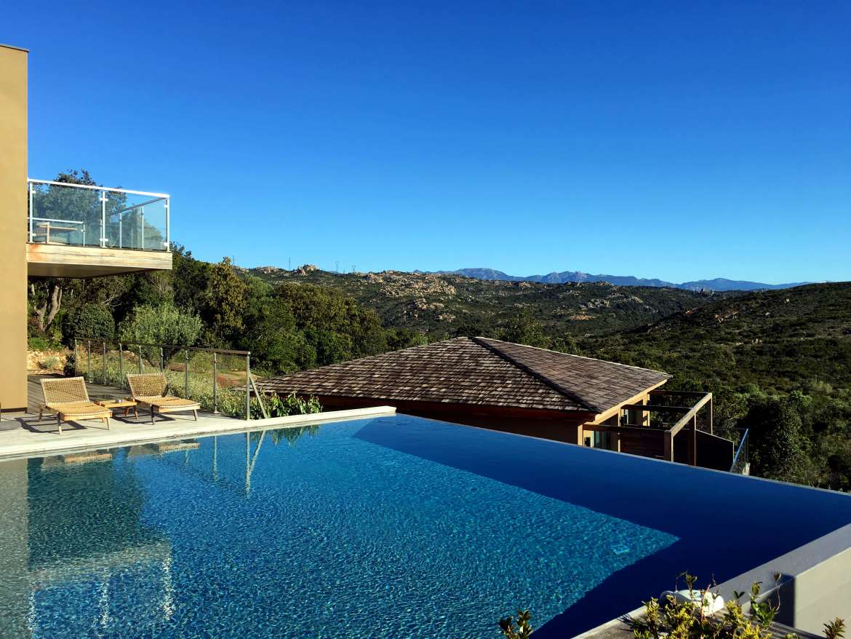 La piscine avec vue sur le maquis en Corse du Sud