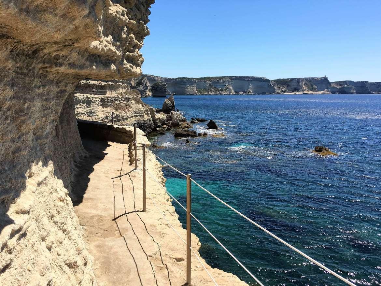 Vue sur les falaises depuis le passage de l'Escalier du Roi-d'Aragon à Bonifacio