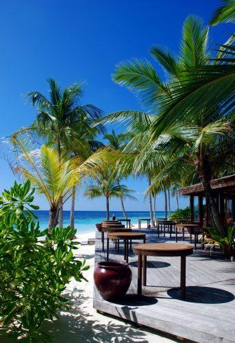 Terrasse d'un restaurant d'une île-hôtel aux Maldives