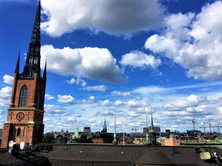 Vue sur l'église et les toits de Stockholm