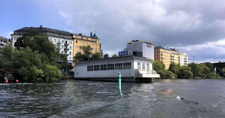 Les bains publics de Stockholm vus depuis la mer